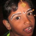 Albtal Hörgeräte Ettlingen spendet Hörgerät für Herma aus Indien